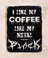 табличка i like my coffee like my metal black